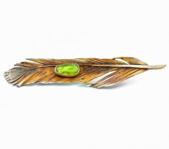 Stříbrná brož pírko olivín přírodní